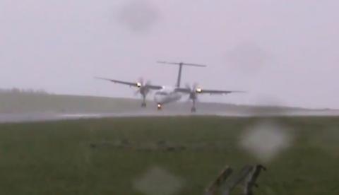 Avión aterrizando con fuertes vientos en el aeropuerto de la isla de Flores, Azores, Portugal
