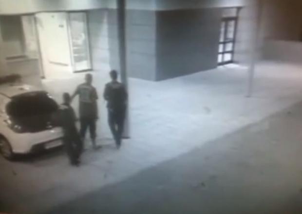 Un detenido se hace el cojo y escapa de la policía