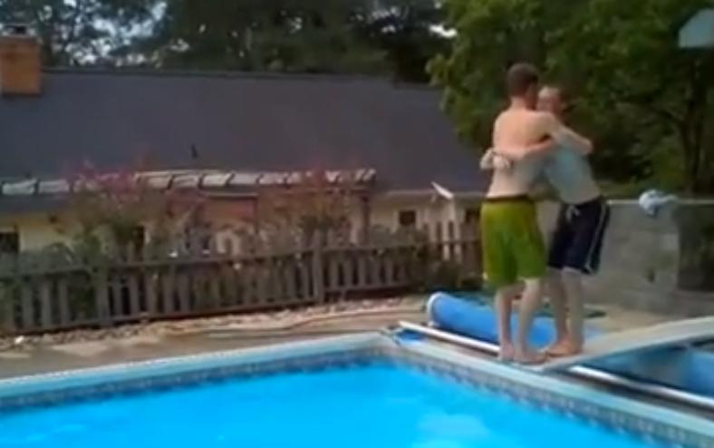 Mortal cooperativo en la piscina for Orgia en la piscina