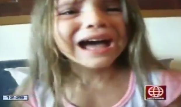 Una niña llora porque quiere ser negra