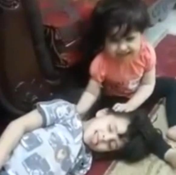 Este niño se hace el muerto y su hermana pequeña llora desconsolada