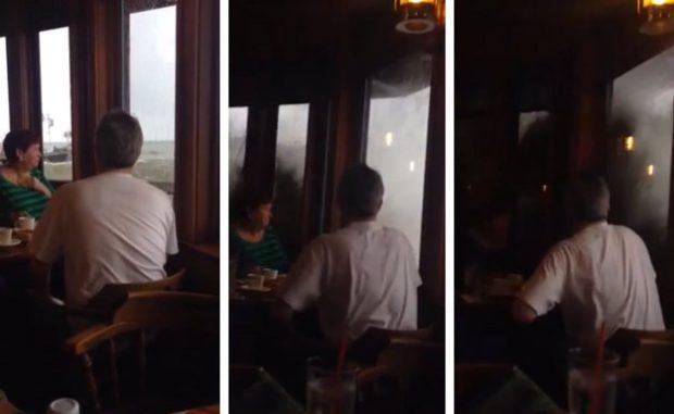 Una ola rompe las ventanas de un restaurante en Santa Bárbara, California