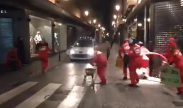 Parada de boxes en ciudad a un coche de la policía