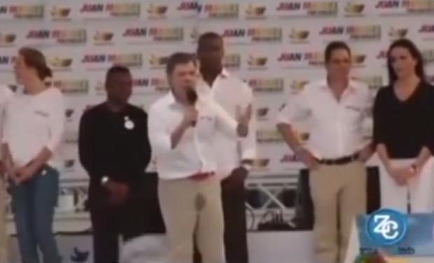 El presidente de Colombia se orina encima en pleno discurso (Vídeo)