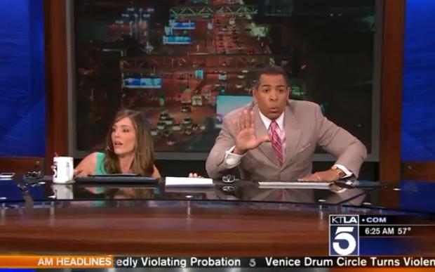 Periodistas se esconden bajo la mesa durante un terremoto en Los Ángeles