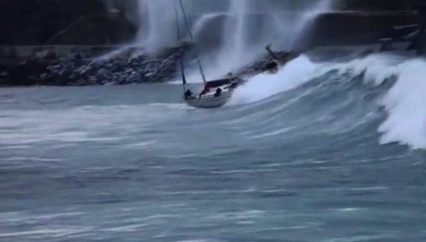 Un velero es engullido por una ola en el puerto de Zumaia, Guipúzcoa