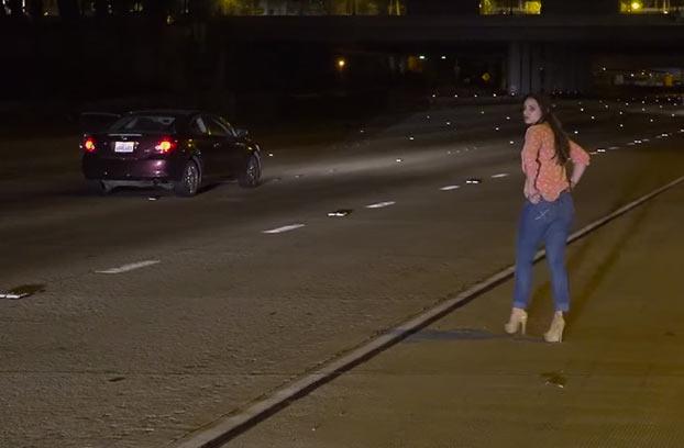mujer-para-coche-mitad-autopista-1