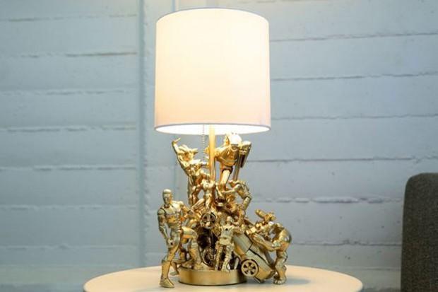 C mo hacer una l mpara sencilla con mu ecos de acci n antiguos - Como hacer una lampara de pared ...