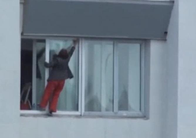 una mujer arriesga su vida para limpiar ventanas de un 9 piso