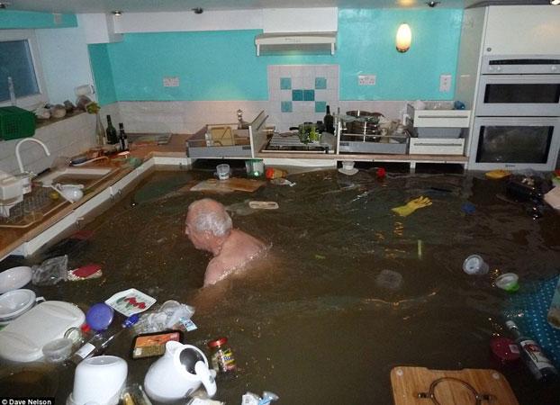 Siempre quiso tener una piscina cubierta jubilado nada en for Casas con piscina dentro