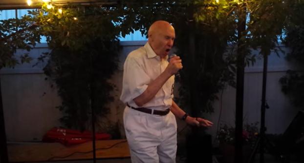 El abuelo se subió al escenario del karaoke y sorprendió a todos cantando lo siguiente...