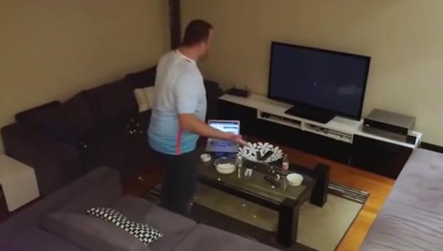 Este aficionado turco termina destrozando la tele después de una broma pesada de su mujer