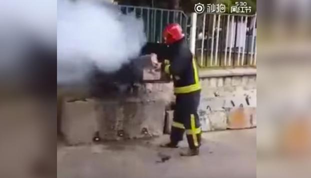 Como extinguir un fuego con una botella de Coca-Cola