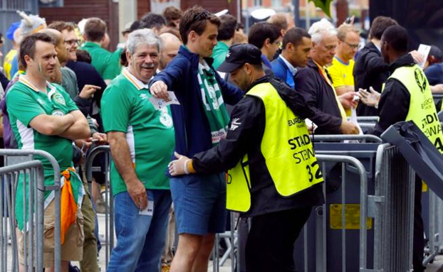 Un hincha cuela una bengala en la Eurocopa escondida en su recto