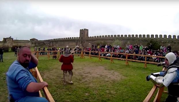A punto de ser decapitado mientras veía un combate medieval