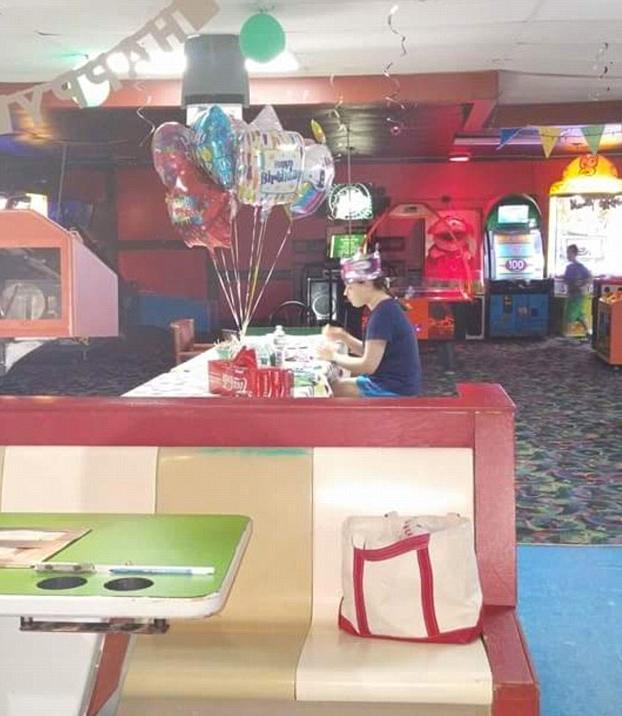 chica-autismo-celebrando-cumpleanos-sola-2
