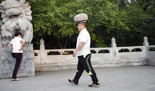 Un hombre lleva 4 años caminando con una piedra de 40 kilos en la cabeza para perder peso