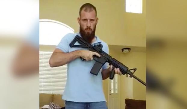 Cómo esconder un fusil de asalto en el pantalón