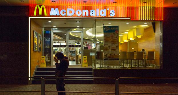 Entran a atracar un McDonald's y se encuentran a 11 policías de élite cenando en el local
