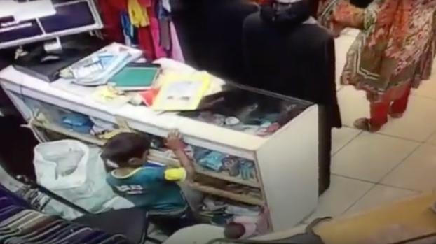 Un niño de 6 años entrenado por su madre robando en una tienda de ropa