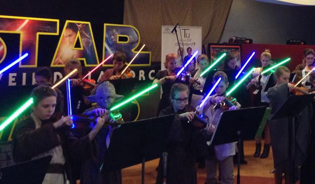 Los niños que tocan el violín con 'espadas láser' de Star Wars