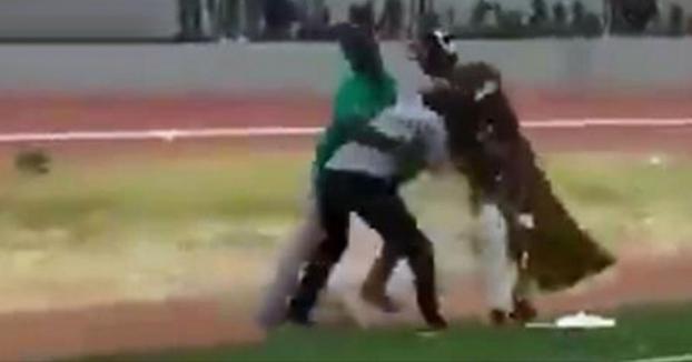 Insólita pelea de brujos durante un partido de la liga ghanesa de fútbol (Vídeo)