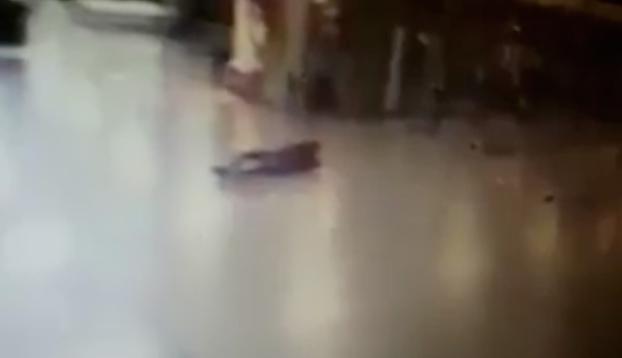 Un policía dispara a uno de los suicidas justo antes de que se inmolara en el aeropuerto de Estambul