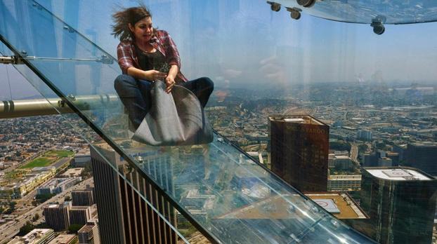 La última atracción en Los Ángeles: Un tobogán de cristal a 300 metros de altura