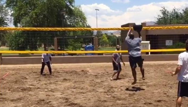 James Harrison (NFL) jugando al voley playa con un balón medicinal