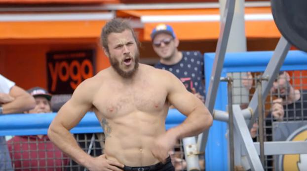 Se disfraza de hombre mayor y deja alucinados a todos en este gimnasio al aire libre