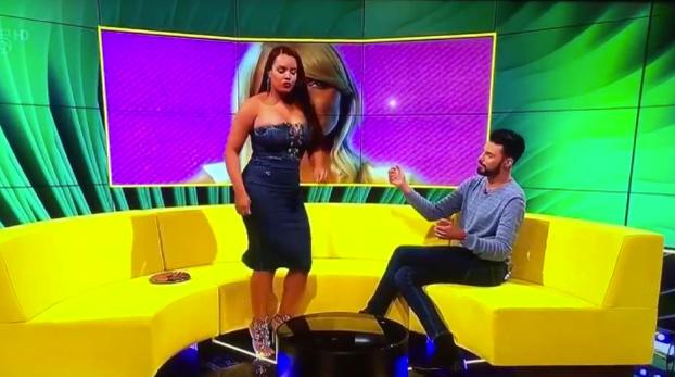 Lateysha Grace iba a demostrar en directo sus habilidades de twerking cuando su vestido le juega una mala pasada