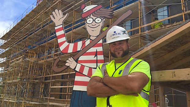 Un albañil esconde todos los días a Wally en una obra para que los niños del hospital de enfrente lo encuentren