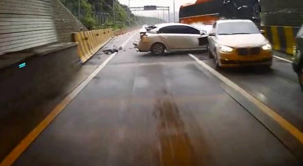 Vivos de milagro: Cambian de carril justo antes de este mortal accidente