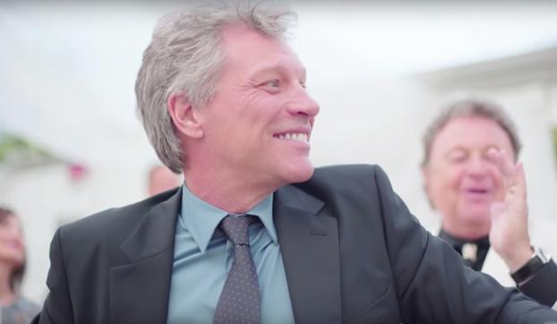 Jon Bon Jovi sale casi obligado a cantar ''Livin' on a prayer'' en una boda (Vídeo)