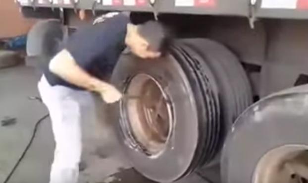Cómo cambiar un neumático de camión a mano