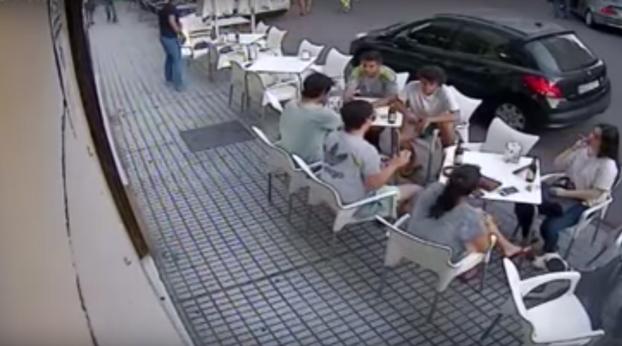Estás tan tranquilo en una terraza de Badajoz cuando de repente te cae una cornisa en la cabeza