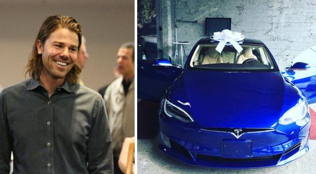 Les dobla el sueldo a todos sus empleados y ellos le regalan el coche de sus sueños
