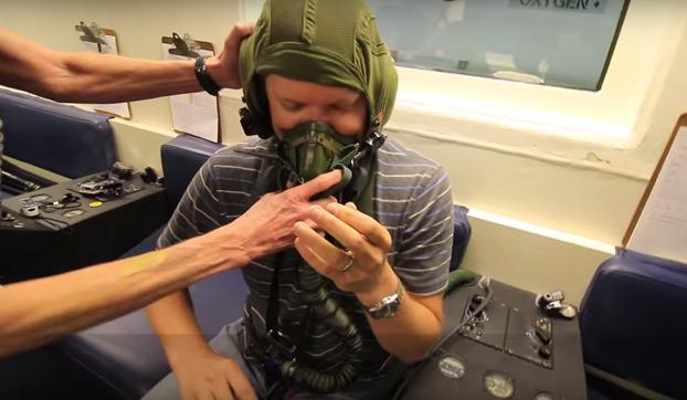 ¿Por qué debes ponerte tu mismo la máscara antes que a un niño ante una descompresión en un avión?
