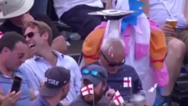 Un señor se queda dormido durante un partido de cricket y unos aficionados lo trollean