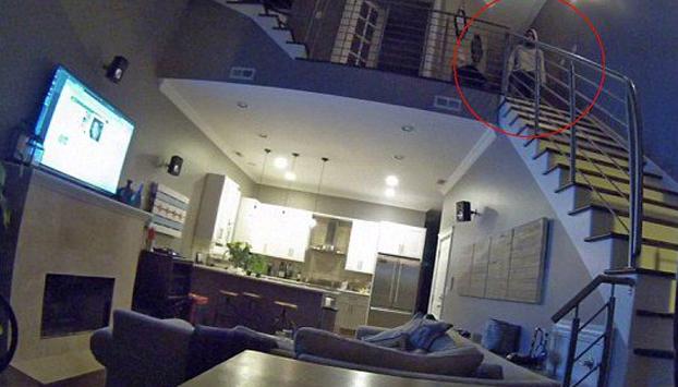 Revisaron las cámaras de seguridad de su casa y se quedaron aterrados por lo que vieron