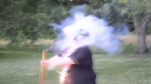 fuego-artificial-cara-explota-4