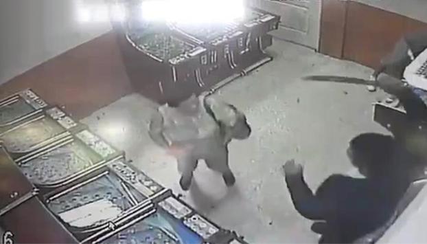 Un hombre le corta la mano a una mujer de un machetazo por una deuda (Vídeo)