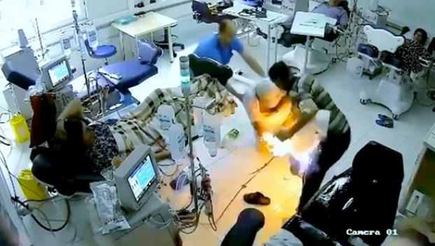 Un hombre intenta quemar a un paciente y acaba matando a dos mujeres y así mismo
