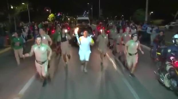 Un hombre intenta apagar la llama olímpica en Brasil con un extintor