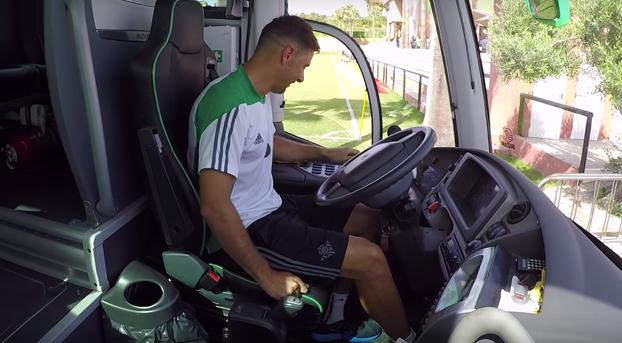 Joaquín intentando que le dejen conducir el autobús del Betis
