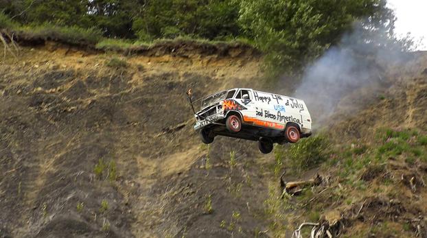 Cada 4 de julio en Alaska celebran una fiesta en la que lanzan coches por un barranco