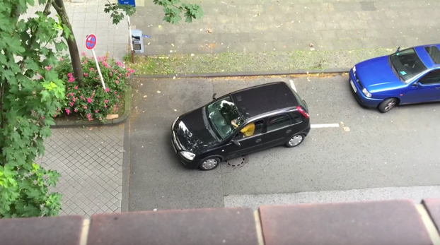 Esta mujer se tira 6 minutos intentando aparcar el coche en una plaza amplia. Si, 6 minutos