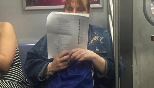 Una señora imprime 15 páginas de posts de Facebook para leer los comentarios tranquilamente en el metro