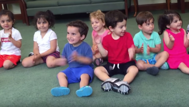 Este niño no puede dejar de reír en la clase de música