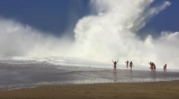 Hay que tener mucho valor para bañarse con estas olas